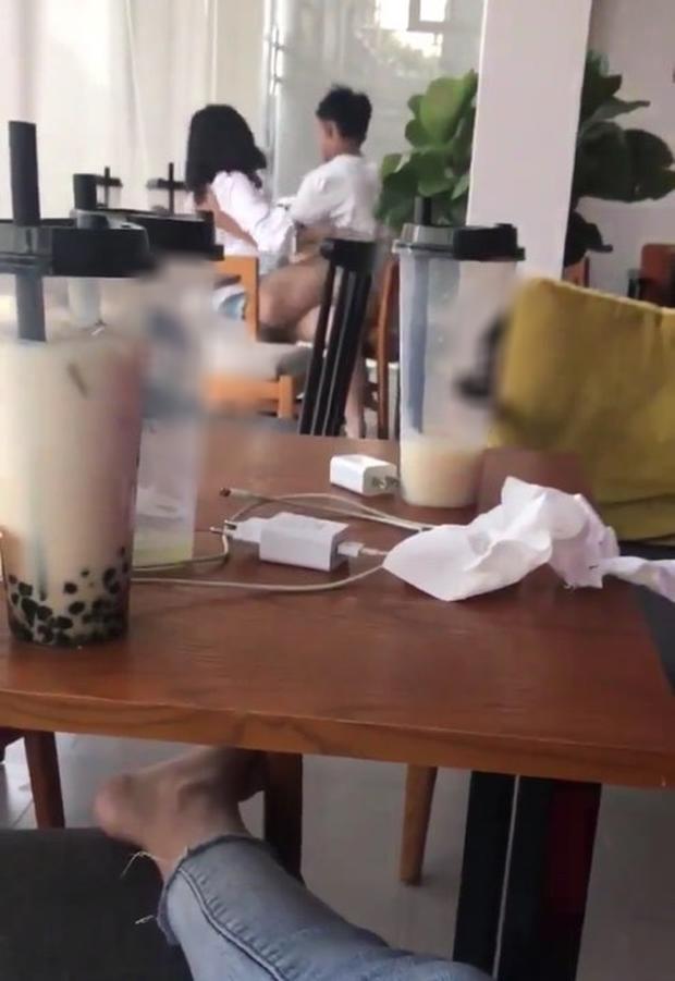 Bất chấp có người cặp nam nữ vẫn thản nhiên ôm hôn, sờ soạng phản cảm trong quán trà sữa ở Lạng Sơn-1