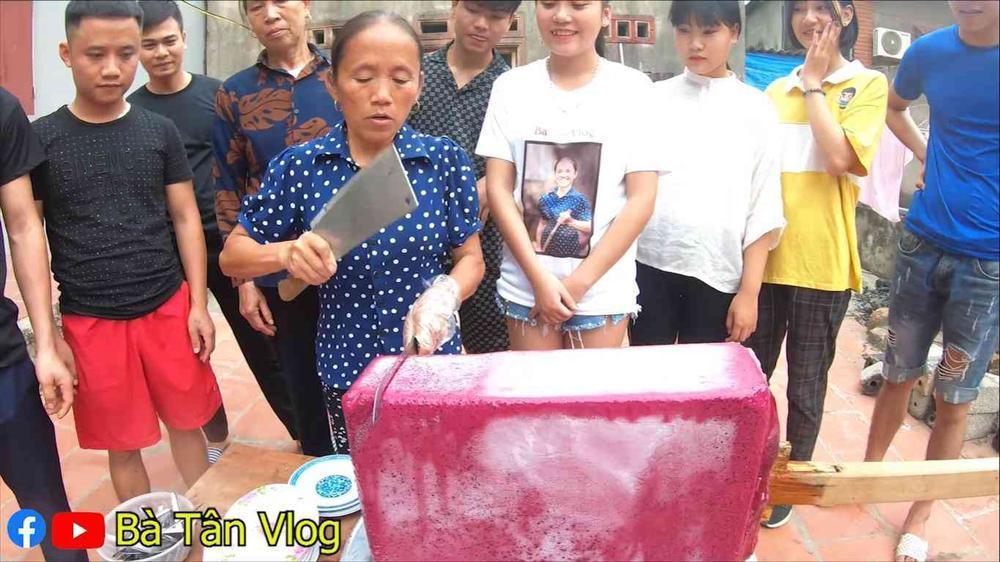 Làm món kem thanh long siêu to khổng lồ, bà Tân Vlog lại bị dân mạng bắt bẻ vì lý do khó ngờ-3