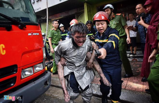 Chàng trai được chiến sĩ PCCC cõng khỏi đám cháy gặp ân nhân cảm ơn-1