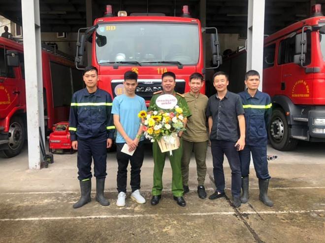 Chàng trai được chiến sĩ PCCC cõng khỏi đám cháy gặp ân nhân cảm ơn-3
