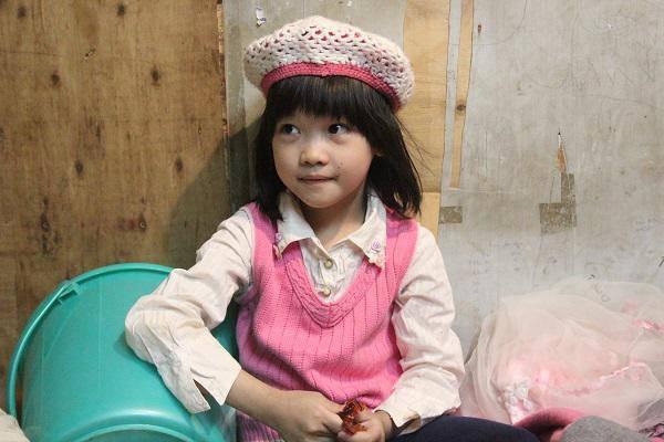Bé gái vô gia cư ở Hà Nội nổi tiếng nhờ phối đồ như fashionista vẫn theo mẹ bán hàng rong mỗi ngày-2
