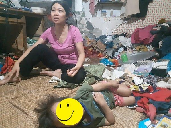 Bé gái vô gia cư ở Hà Nội nổi tiếng nhờ phối đồ như fashionista vẫn theo mẹ bán hàng rong mỗi ngày-3