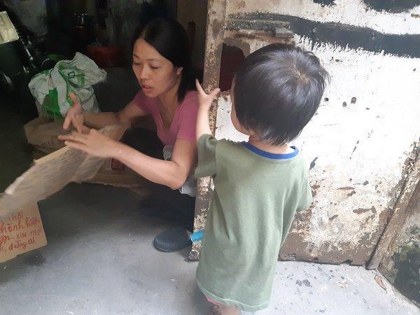 Bé gái vô gia cư ở Hà Nội nổi tiếng nhờ phối đồ như fashionista vẫn theo mẹ bán hàng rong mỗi ngày-9