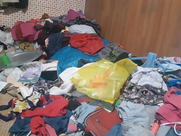 Bé gái vô gia cư ở Hà Nội nổi tiếng nhờ phối đồ như fashionista vẫn theo mẹ bán hàng rong mỗi ngày-6