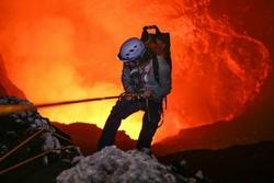 Liều mình săn ảnh đẹp trên miệng núi lửa đang hoạt động