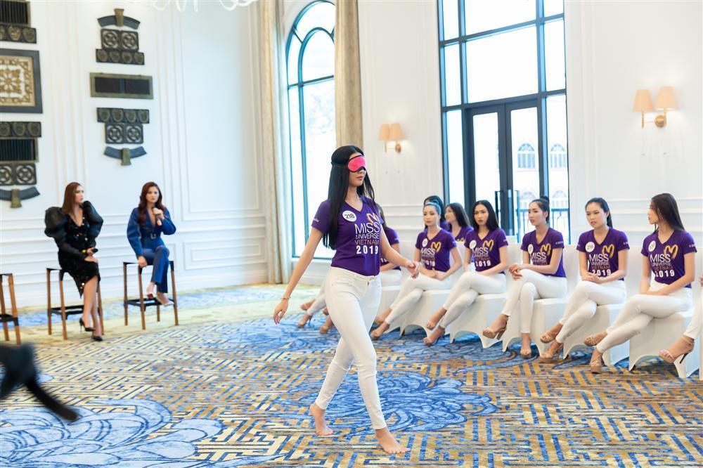 Thúy Vân ngã ngửa giữa sàn diễn, khiến giám khảo nổi cáu tại Hoa hậu Hoàn vũ Việt Nam 2019-1