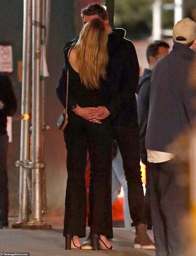 Liam Hemsworth ôm ấp, khóa môi bạn gái mới hậu ly hôn Miley Cyrus-1