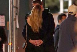 Liam Hemsworth ôm ấp, khóa môi bạn gái mới hậu ly hôn Miley Cyrus
