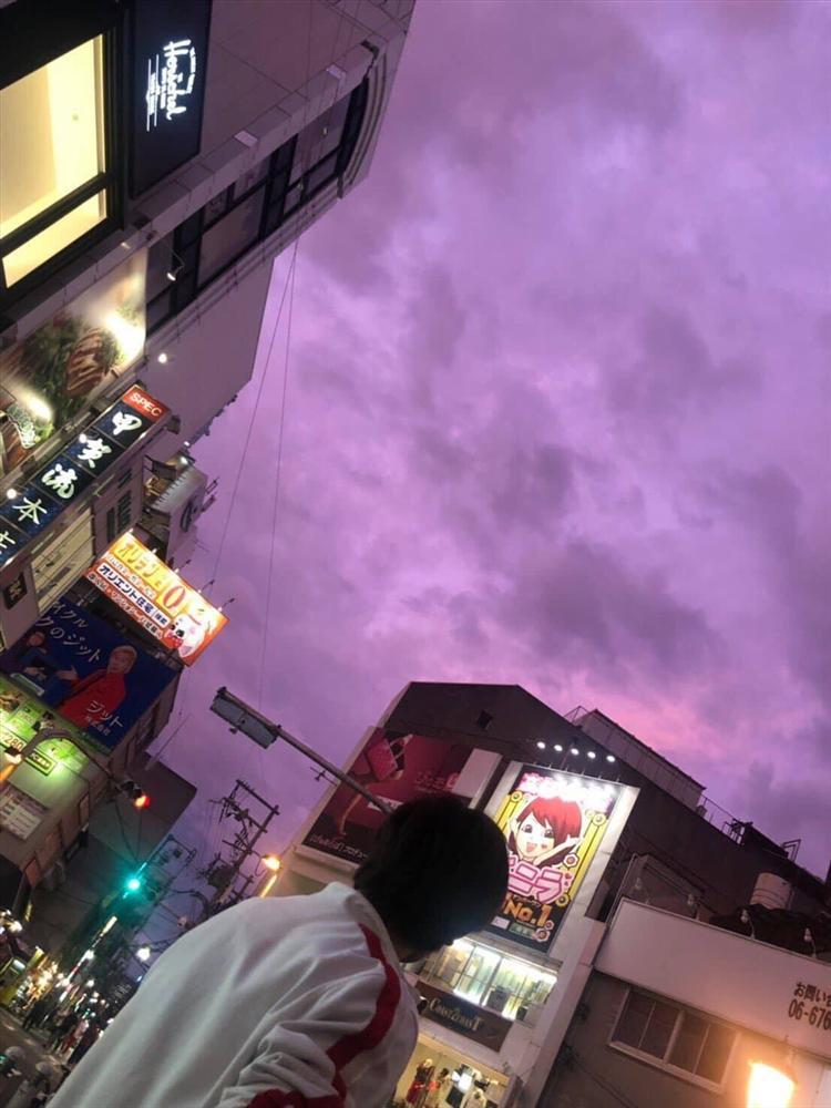 Bầu trời Nhật Bản tím lịm kỳ dị khi siêu bão Hagibis sắp đổ bộ-1