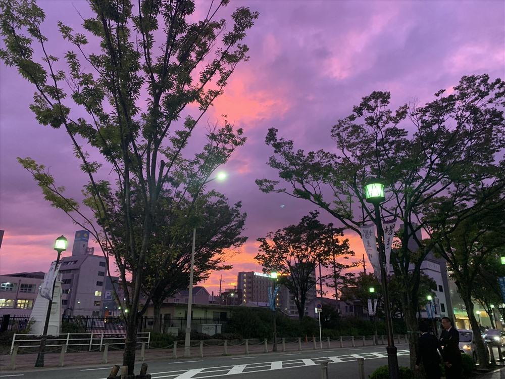 Bầu trời Nhật Bản tím lịm kỳ dị khi siêu bão Hagibis sắp đổ bộ-3