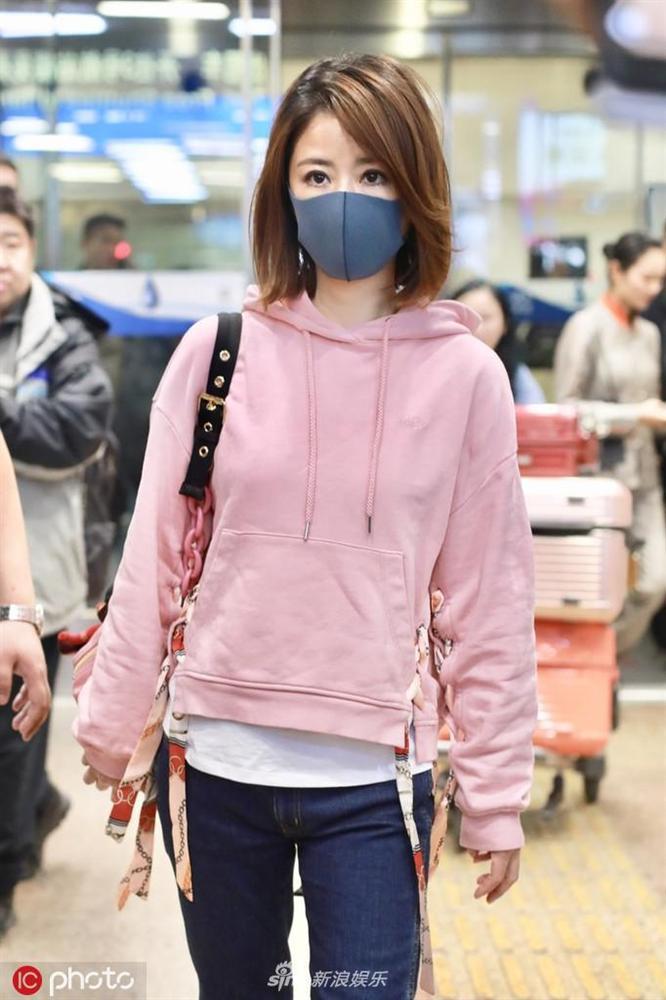 Lâm Tâm Như mặc áo nhăn nhúm, lộ thần sắc phờ phạc ở sân bay-1