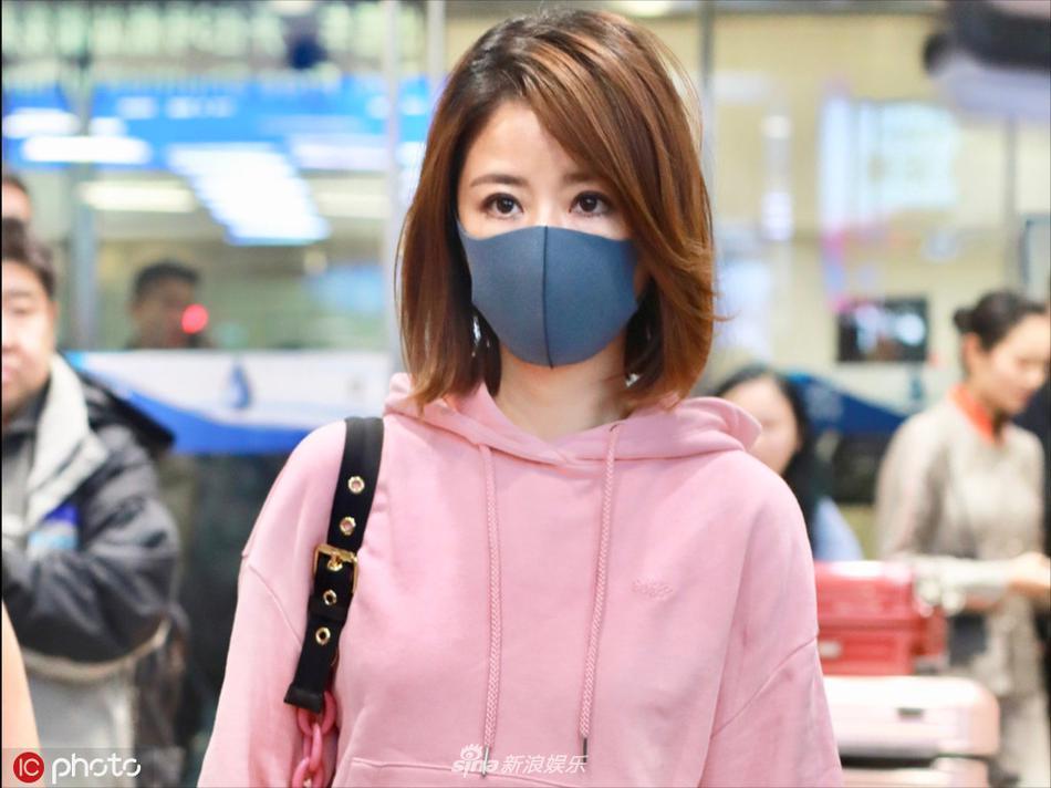 Lâm Tâm Như mặc áo nhăn nhúm, lộ thần sắc phờ phạc ở sân bay-2