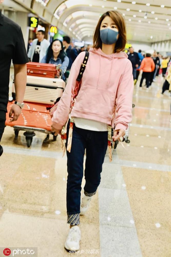 Lâm Tâm Như mặc áo nhăn nhúm, lộ thần sắc phờ phạc ở sân bay-4