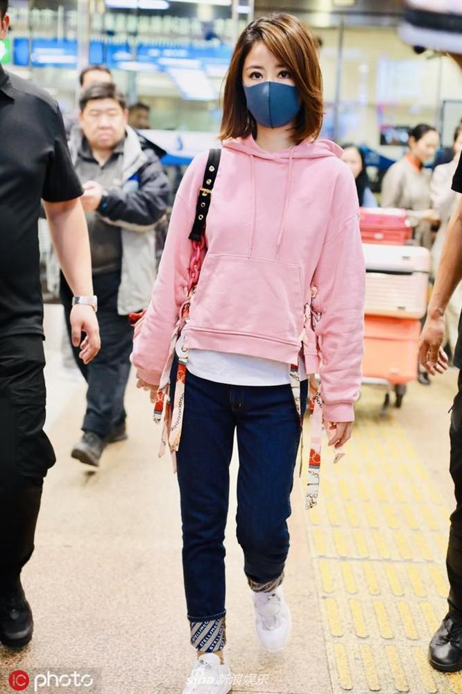 Lâm Tâm Như mặc áo nhăn nhúm, lộ thần sắc phờ phạc ở sân bay-3