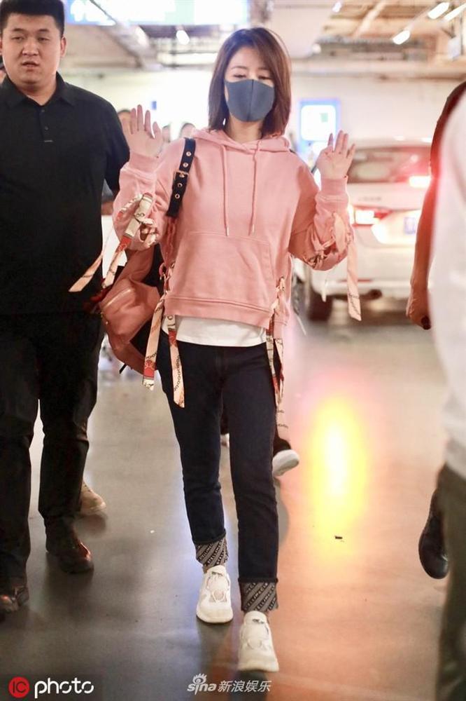 Lâm Tâm Như mặc áo nhăn nhúm, lộ thần sắc phờ phạc ở sân bay-5