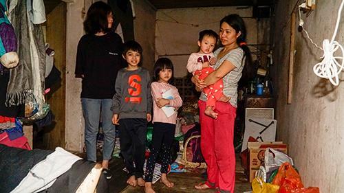 Bé gái vô gia cư ở Hà Nội nổi tiếng nhờ phối đồ như fashionista vẫn theo mẹ bán hàng rong mỗi ngày-8