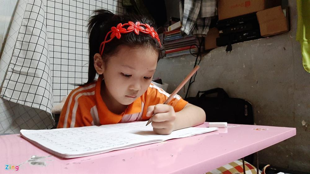 Bé gái vô gia cư ở Hà Nội nổi tiếng nhờ phối đồ như fashionista vẫn theo mẹ bán hàng rong mỗi ngày-4