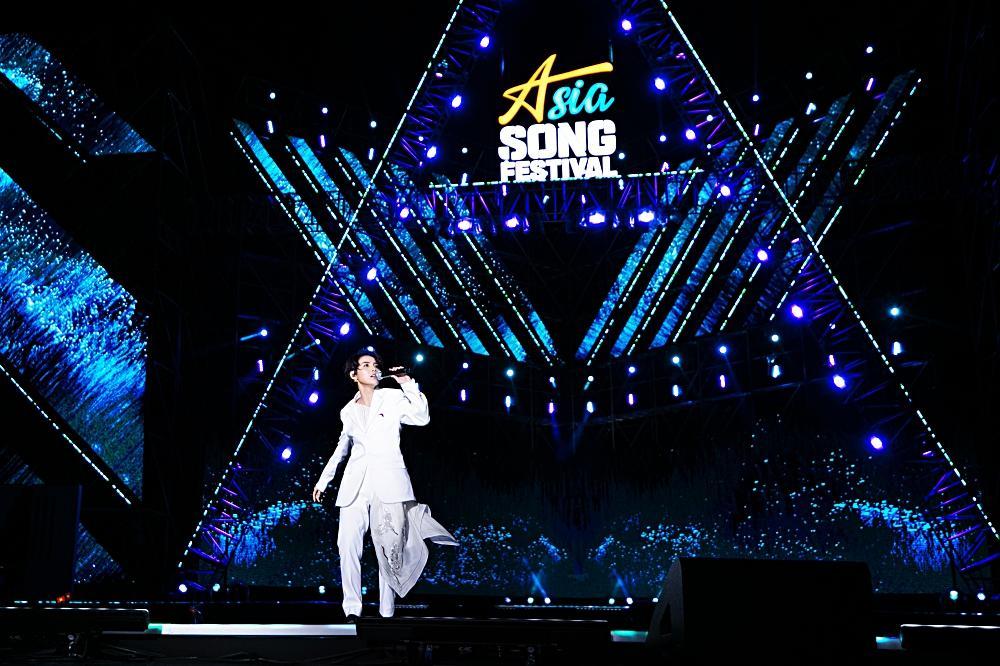 Fan Việt chê bai nhưng khán giả người Mỹ lại khóc khi xem Vũ Cát Tường trình diễn tại Asia Song Festival-1