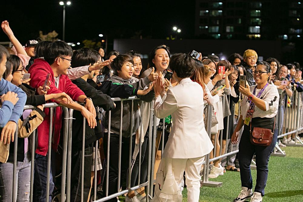 Fan Việt chê bai nhưng khán giả người Mỹ lại khóc khi xem Vũ Cát Tường trình diễn tại Asia Song Festival-6