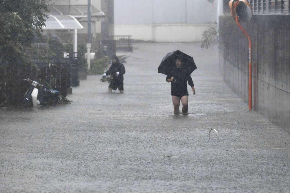 Siêu bão Hagibis tấn công Nhật, xé toạc nhà cửa, cuốn trôi người-2