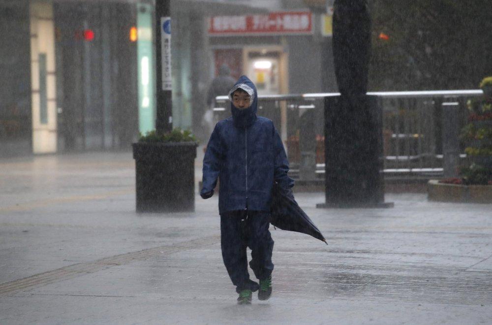 Siêu bão Hagibis tấn công Nhật, xé toạc nhà cửa, cuốn trôi người-3