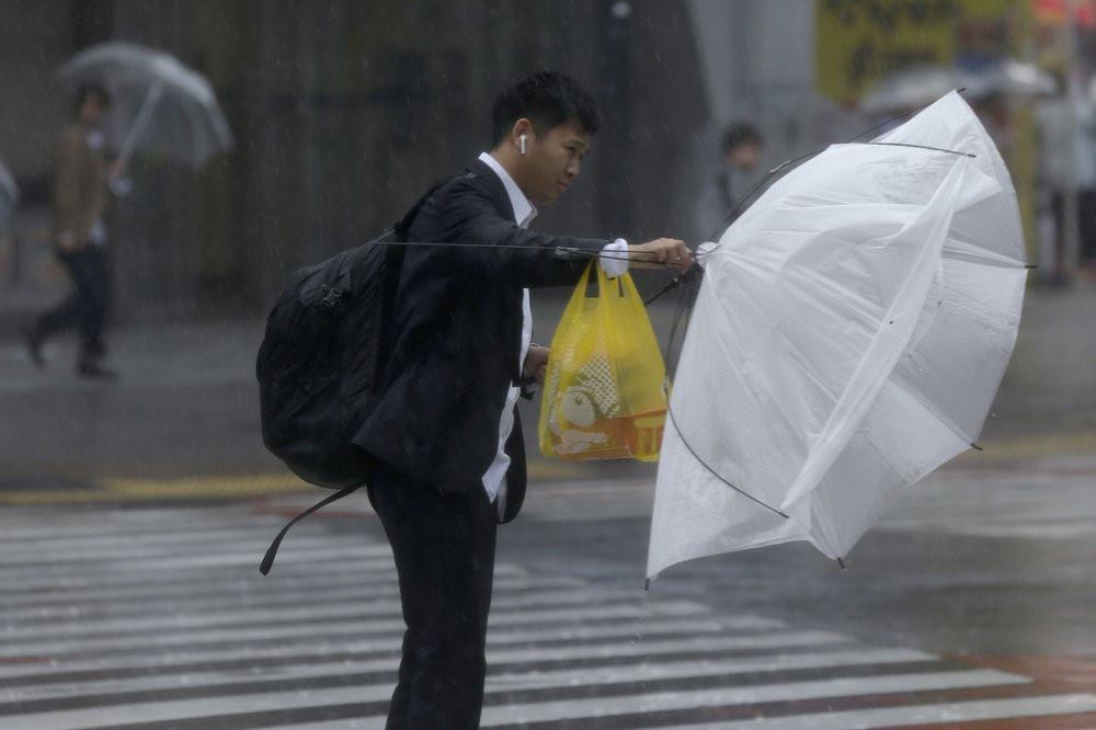 Siêu bão Hagibis tấn công Nhật, xé toạc nhà cửa, cuốn trôi người-4