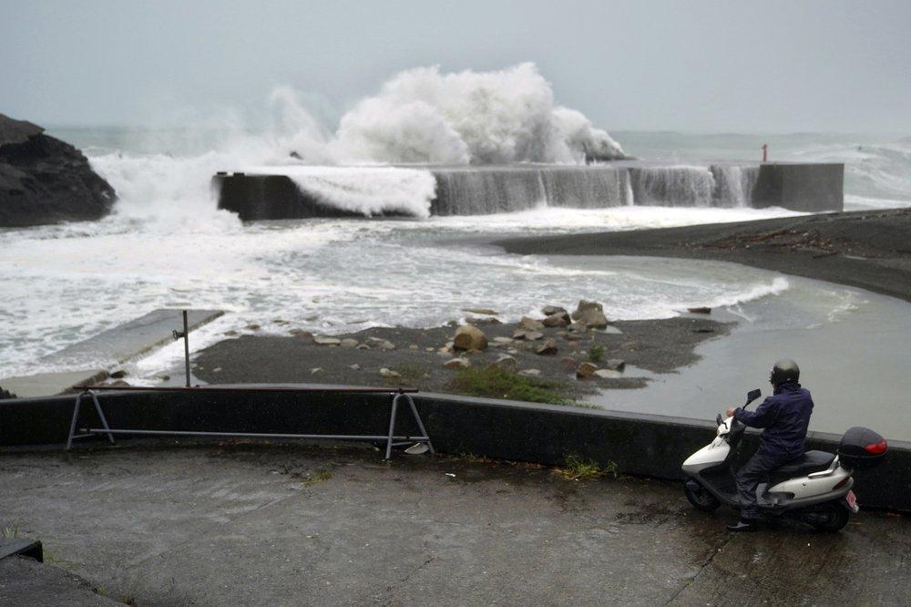Siêu bão Hagibis tấn công Nhật, xé toạc nhà cửa, cuốn trôi người-8