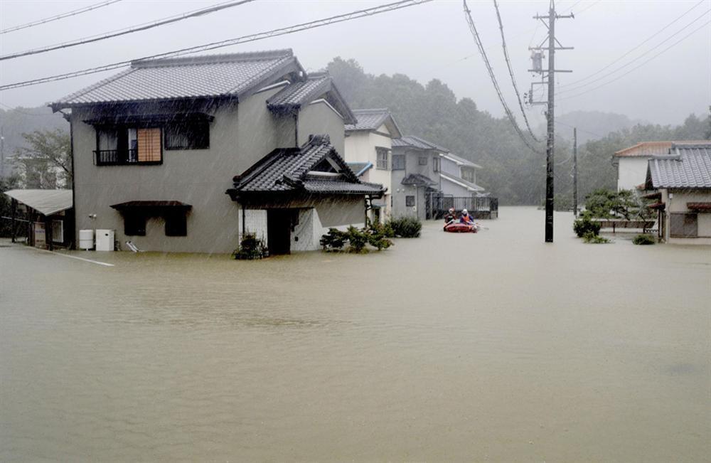 Siêu bão Hagibis tấn công Nhật, xé toạc nhà cửa, cuốn trôi người-10