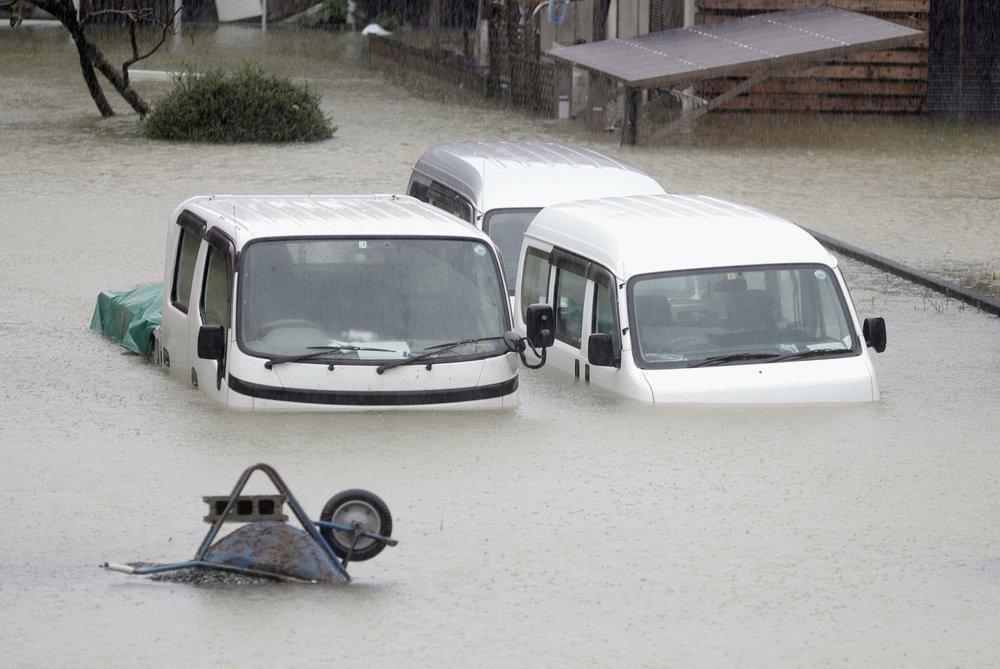 Siêu bão Hagibis tấn công Nhật, xé toạc nhà cửa, cuốn trôi người-11