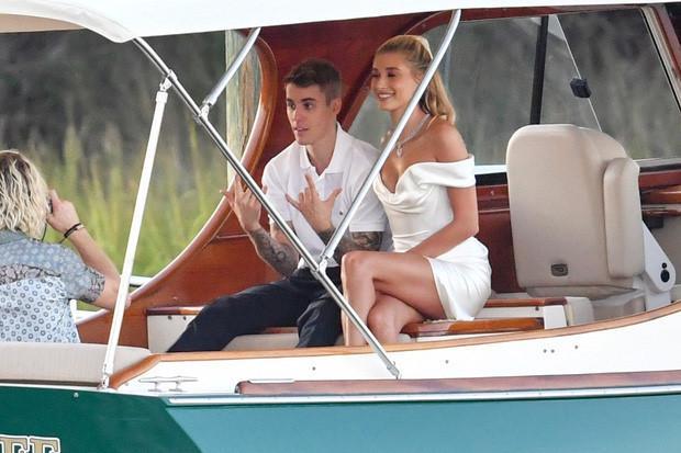 Hailey Bieber đi giày thể thao khiêu vũ cùng chồng trong lễ cưới-6