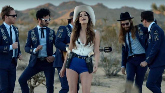 Nữ ca sĩ người Mỹ mặc áo dài không quần từng thắng 6 giải Grammy-3