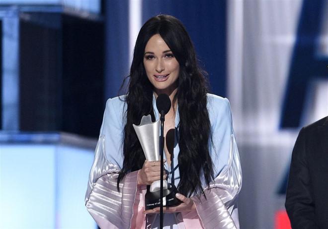 Nữ ca sĩ người Mỹ mặc áo dài không quần từng thắng 6 giải Grammy-4