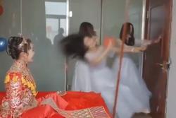 Phụ dâu ngã sấp mặt vì thách thức dàn rể phụ vào phòng tân hôn