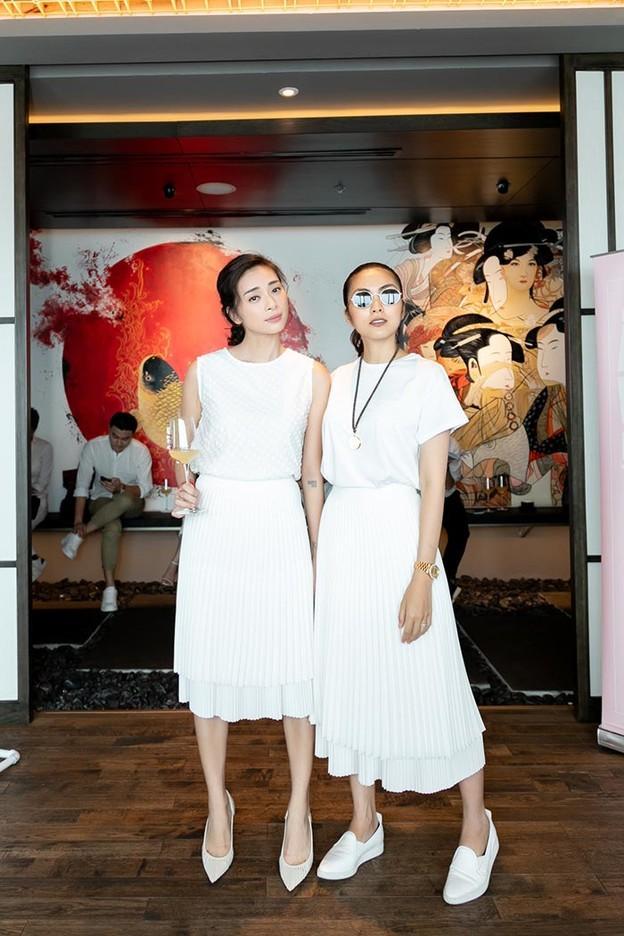 Những cặp chị em trong showbiz Việt: Giống từ ngoại hình đến cả phong cách thời trang-15