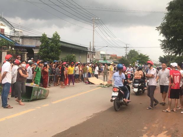 Bình Dương: 3 thanh niên thương vong sau tai nạn liên hoàn, hàng trăm người dân hiếu kỳ đứng xem khiến giao thông hỗn loạn-1