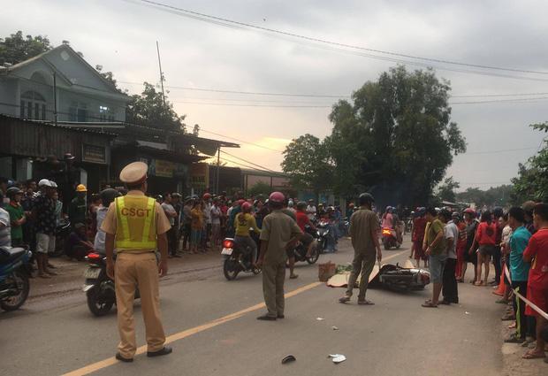 Bình Dương: 3 thanh niên thương vong sau tai nạn liên hoàn, hàng trăm người dân hiếu kỳ đứng xem khiến giao thông hỗn loạn-2