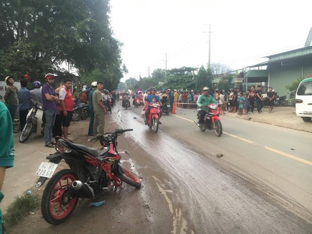 Bình Dương: 3 thanh niên thương vong sau tai nạn liên hoàn, hàng trăm người dân hiếu kỳ đứng xem khiến giao thông hỗn loạn-3