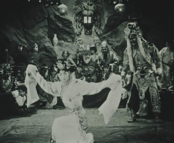 Bất ngờ với Tây Du Ký từ năm 1927: Trang phục hở hang, hoá trang như phim kinh dị-1