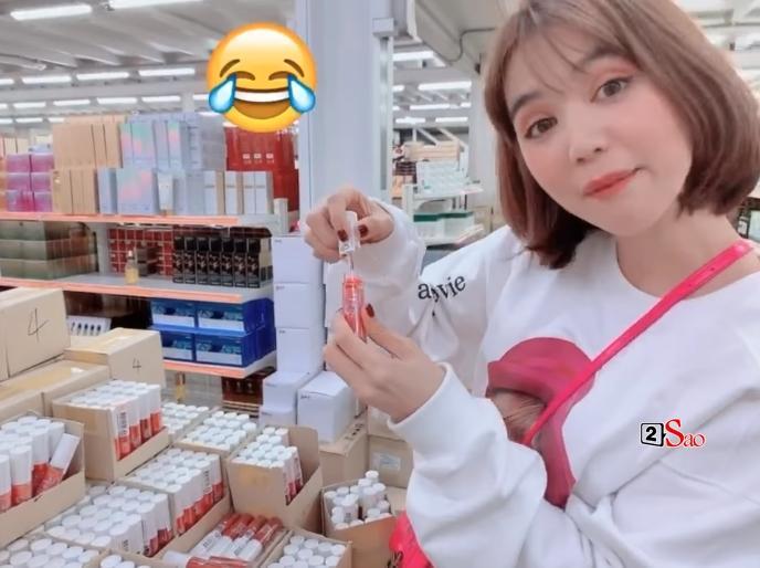 Ngọc Trinh bị chỉ trích vì cách thử son vô ý thức khi đi tham khảo mỹ phẩm ở Hàn Quốc-1