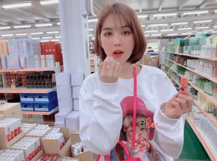 Ngọc Trinh bị chỉ trích vì cách thử son vô ý thức khi đi tham khảo mỹ phẩm ở Hàn Quốc-2