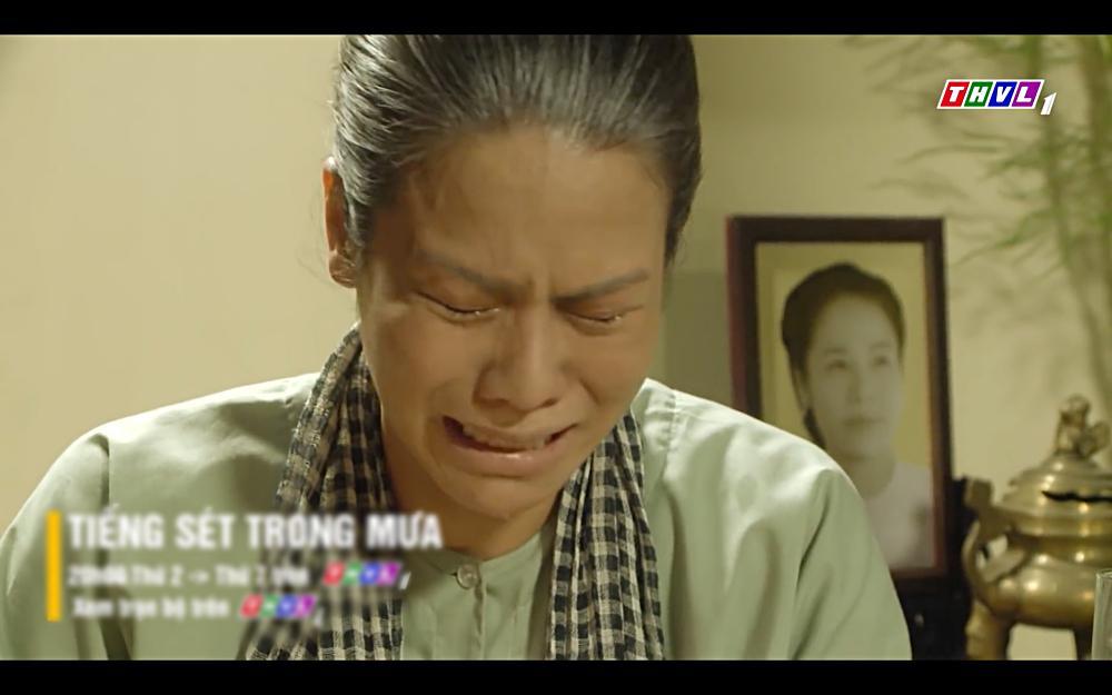 Nhật Kim Anh khóc cạn nước mắt khi thấy bài vị mình trên bàn thờ trong tập 37 Tiếng Sét Trong Mưa-8