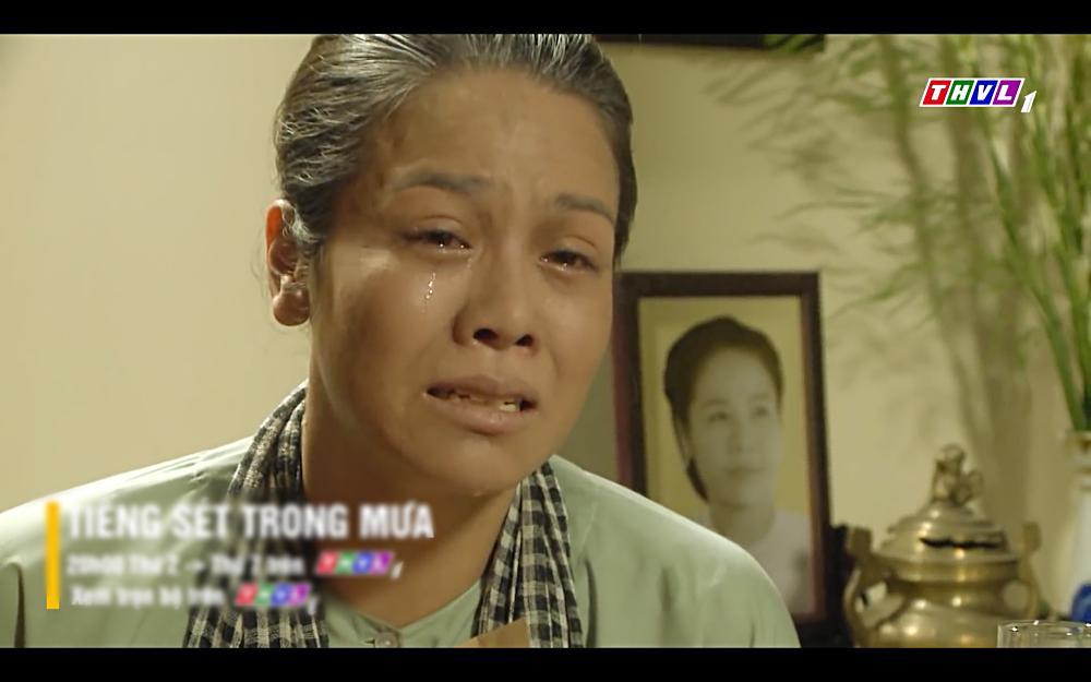 Nhật Kim Anh khóc cạn nước mắt khi thấy bài vị mình trên bàn thờ trong tập 37 Tiếng Sét Trong Mưa-9