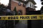 Cảnh sát phong tỏa hiện trường căn nhà nơi Sulli tự tử