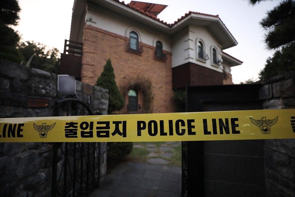 Cảnh sát phong tỏa hiện trường căn nhà nơi Sulli tự tử-1