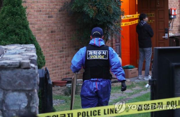 Cảnh sát phong tỏa hiện trường căn nhà nơi Sulli tự tử-2