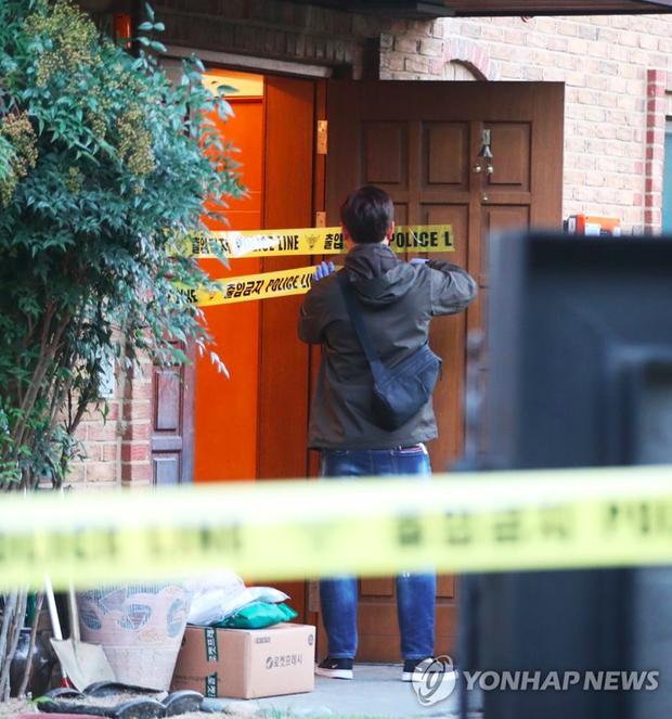 Cảnh sát phong tỏa hiện trường căn nhà nơi Sulli tự tử-3