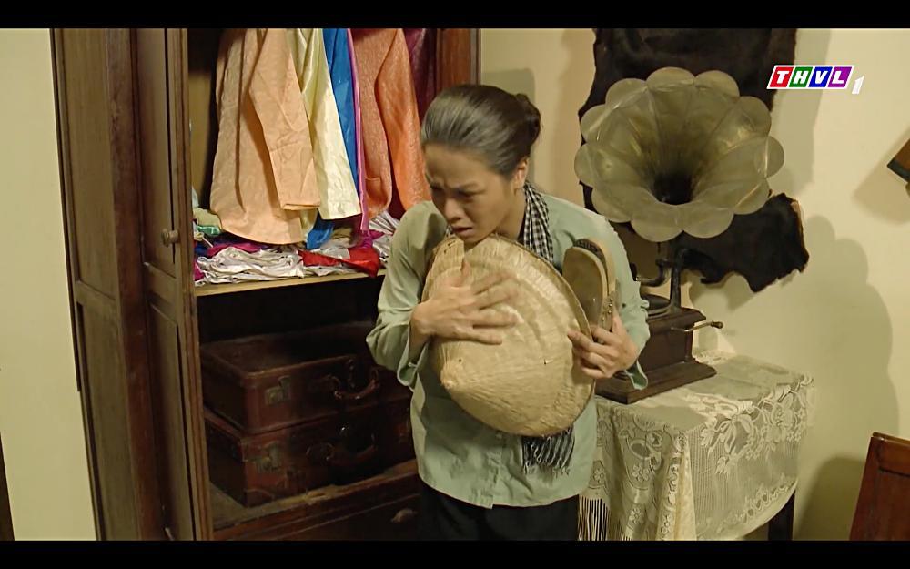 Nhật Kim Anh khóc cạn nước mắt khi thấy bài vị mình trên bàn thờ trong tập 37 Tiếng Sét Trong Mưa-6