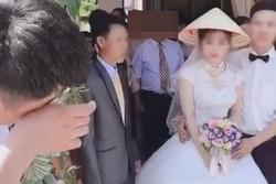 Xôn xao clip thanh niên gạt nước mắt, đau khổ nhìn người yêu đi lấy chồng