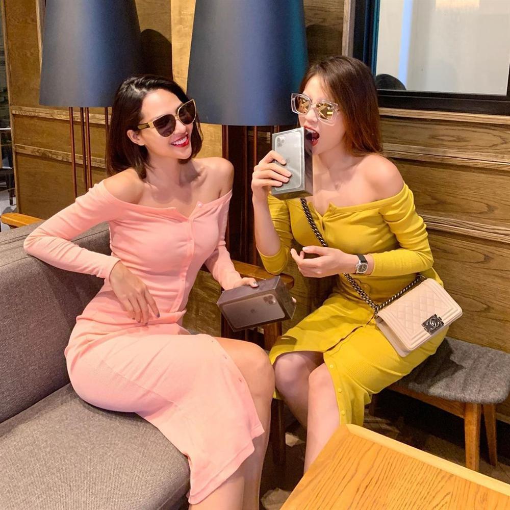 Kỳ Duyên - Minh Triệu tình tứ diện váy đôi rồi cùng nhau đập hộp iPhone tà tữa-1