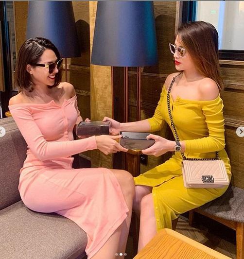 Kỳ Duyên - Minh Triệu tình tứ diện váy đôi rồi cùng nhau đập hộp iPhone tà tữa-3
